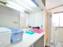 【2階洗面台(共同)】シャワー室の手前にあります