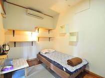 【男性専用2階-洋室シングル201】広々スペースでゆっくりお過ごし下さい