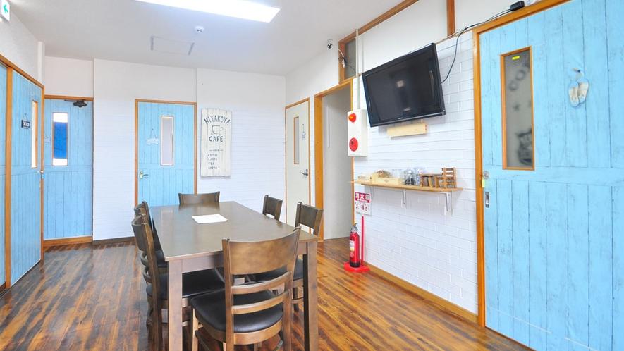 【2階-共同ダイニング】お部屋からでたらすぐ寛ぎのスペース!