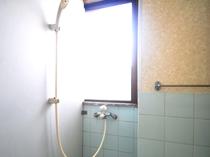 【2階シャワー共同②】南国の明るさを感じられます