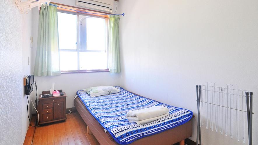 【男性専用2階-洋室シングル203】6畳のコンパクトなお部屋。1人旅に最適♪