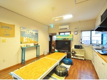【1階共同スペース】広々とした共同のリビングは憩いの場としてご利用ください