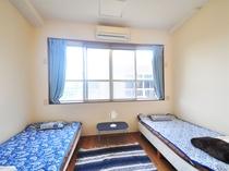 【1階洋室ツイン】100cmのシングルベッド2台設置 102、103ともに同じ様式です