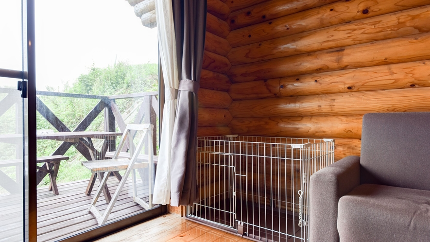 *【ペット同宿ログハウス】室内にゲージも用意しております。