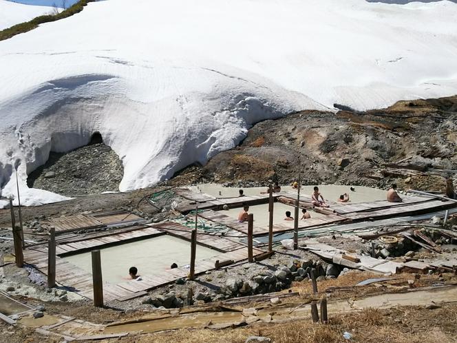 春の雪渓を眺める露天風呂(混浴ゾーン)