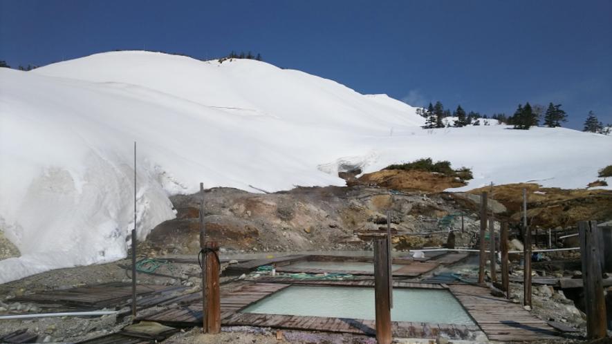 春の大雪渓の中での露天風呂(混浴・女性専用風呂)