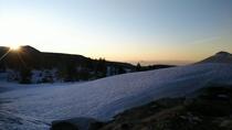 春、雪渓越しに見るご来光