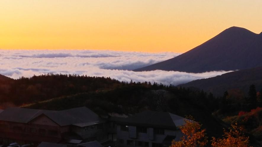 雲海をなびかす岩手山の稜線