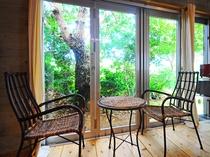 【カフェテーブル】大きな窓からは木漏れ日が差し込みます
