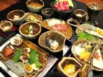旬の地元山の幸を使った、手作り会席料理。オリジナルの器でおもてなし。(料理内容は季節により異なります)