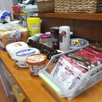 *無料朝食サービス/パン、スープ、はちみつ、各種ジャムやバター、ドリンクをご用意しております。