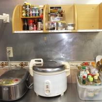 *共有キッチン/炊飯器や調味類も種類豊富に置いてあります。ご自由にご利用ください!