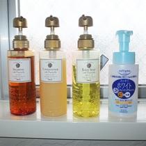 *シャワー室/女性用にはシャンプー、トリートメント、ボディソープ、メイク落としもご用意しております。