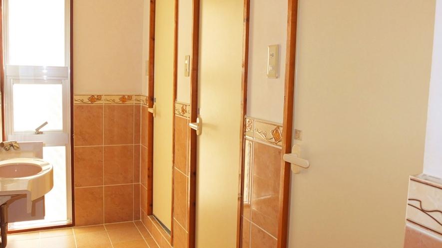 *シャワートイレ/明るく清潔なシャワートイレは館内男女別に7箇所。