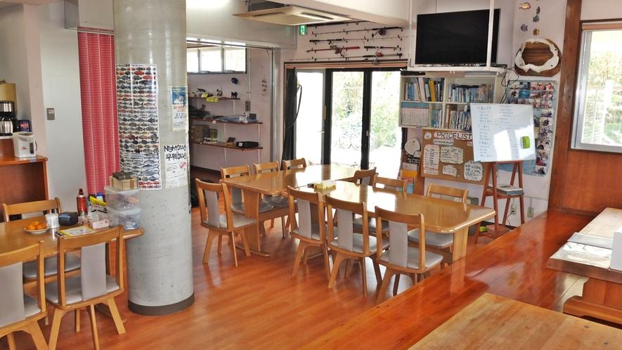 *共有リビング/共用大型キッチン併設、朝は無料朝食サービスをご用意しております。