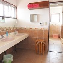 *洗面コーナー/明るく広いスペースで身支度を快適に♪女性用3室、男性用2室ございます。
