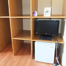 *洋室一例/各客室に冷蔵庫付き。大きな手荷物用棚はなにかと便利♪エアコンの他に扇風機もあります。