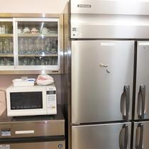 *共有キッチン/電子レンジ、食器類完備!大型冷蔵庫でたっぷり収納できます。