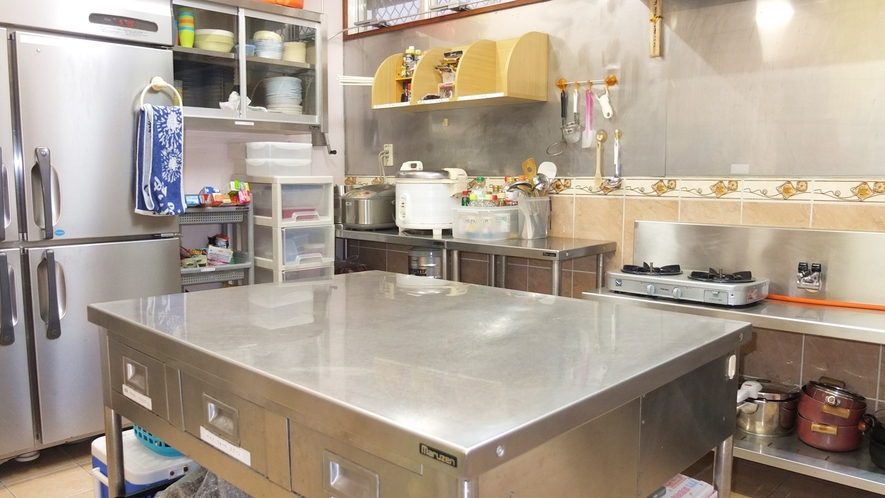 *共有キッチン/大型冷蔵庫・製氷機も完備!自由に、広々とお使いいただけます。