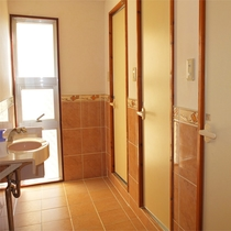 *共有トイレ/男女別に館内に7箇所ございます。清潔で明るい雰囲気。