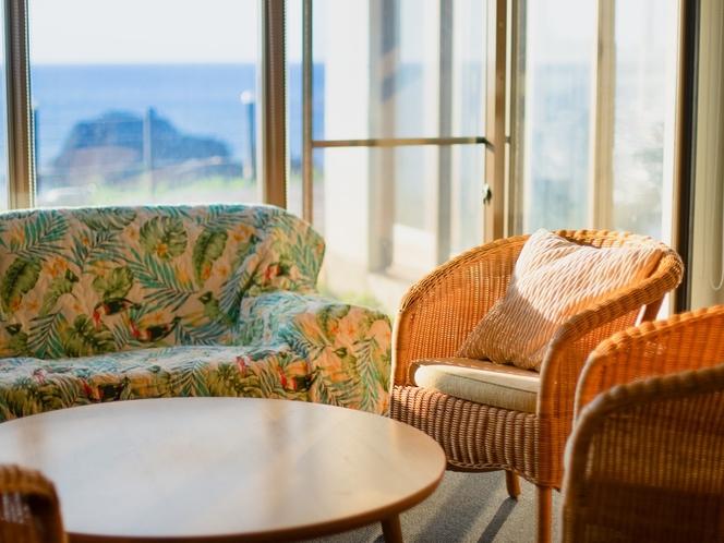 館内ロビー、客室以外にも景色を眺め寛ぐことができます。