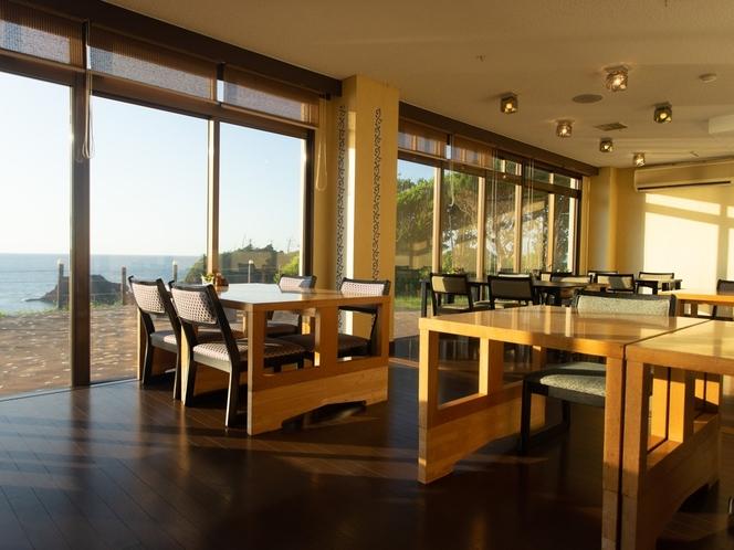 海の見えるお食事処、特に朝食時は景色も楽しめる優雅な時間