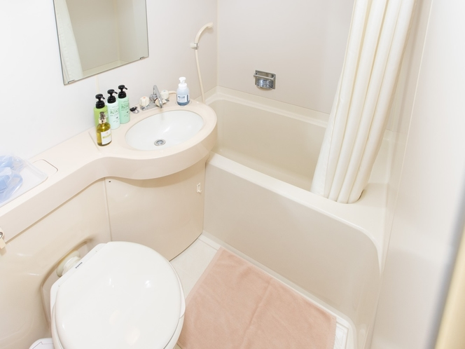 客室にはバストイレの設備がございます。
