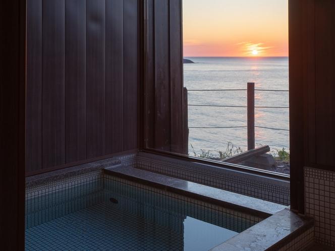 【温泉】浴室内から海を眺めることもできます。大人数の場合は近くの温泉施設のチケットもご用意しています