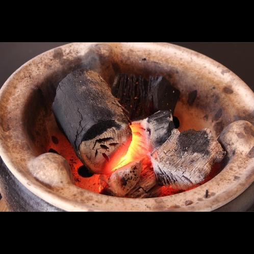 【炭のこだわり】丹後備長炭を使用する炭火、程よい火力を維持できるため、食材の旨味をさらに引きだします