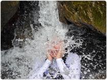 暑い夏は滝を浴びてクールダウン!