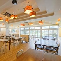 *【朝食会場】朝食は川沿いの明るい会場でお召し上がりいただけます。