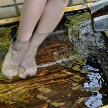*【足湯】玄関横の中庭でおしゃべりしながら、じんわり温まってください。