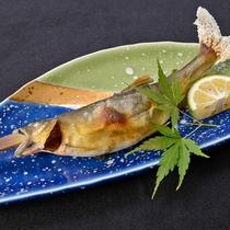 *【夕食一例】鮎漁のシーズンには塩焼きでお召しあがりいただけます。