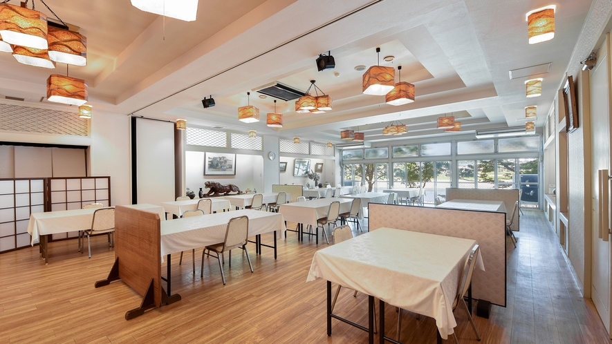 *【レストラン】朝食は川沿いの明るい会場でお召し上がりいただけます。