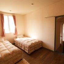 *洋室デラックスツインルーム/洋室リビングと階段で繋がっています。バストイレ付きのお部屋。
