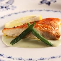 *夕食一例/季節に合わせた旬の魚介類を使った和洋折衷料理をお楽しみに。※連泊2日目は内容が変わります