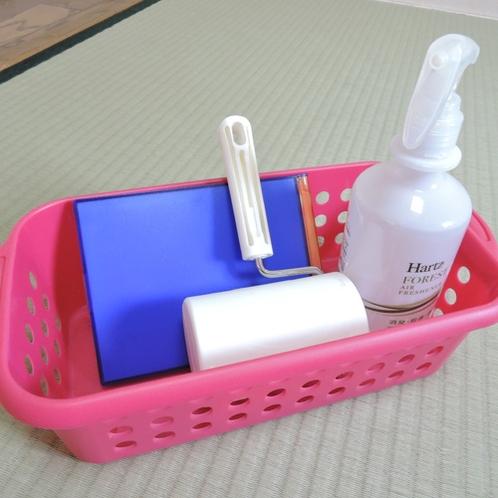 *わんこ用アメニティ一例/消臭スプレー、コロコロなど。便利なグッズを各お部屋に準備しています。