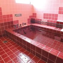 *天然温泉・内風呂/手すり、介護用シャワーチェアーも完備。良質な温泉をかけ流しで堪能♪