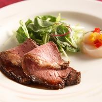 *夕食一例/海の幸だけでなくお肉も楽しめるボリュームたっぷりのお料理。※連泊2日目は内容が変わります