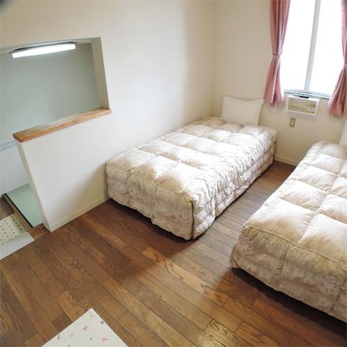 *和洋室ツインルーム/約4畳のリビングスペースとツインベッドルームのある広々とした空間。