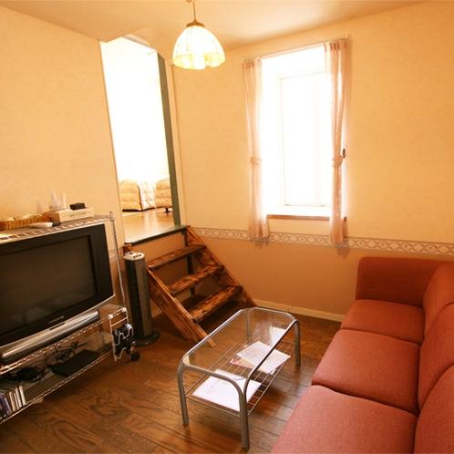 *洋室デラックスツインルーム/ツインベッドルーム付き。大画面TVにはPS2も設置しています♪