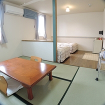 *和洋室ワイドルーム/約6畳のリビングスペースとツインベッドルームのゆとりあるお部屋。