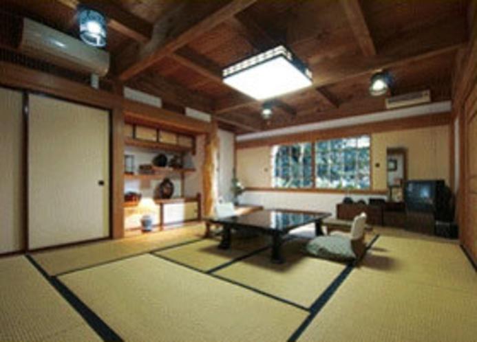 宿泊棟「蔵」にある12畳のお部屋です。 檜の株をくりぬいたお風呂(温泉)付。