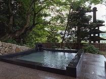 【翠山の湯】外湯の露天風呂(男湯) 自家源泉掛け流し
