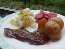 【朝食】ころ芋の煮つけ、赤かぶの漬物、朴葉みそなど飛騨の郷土料理をどうぞ♪