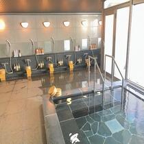 【温泉大浴場】湯量豊富な天然温泉が御影石をふんだんに使った大浴場にこんこんと溢れます♪