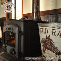 冬のレストランに入る牧ストーブの温かい火