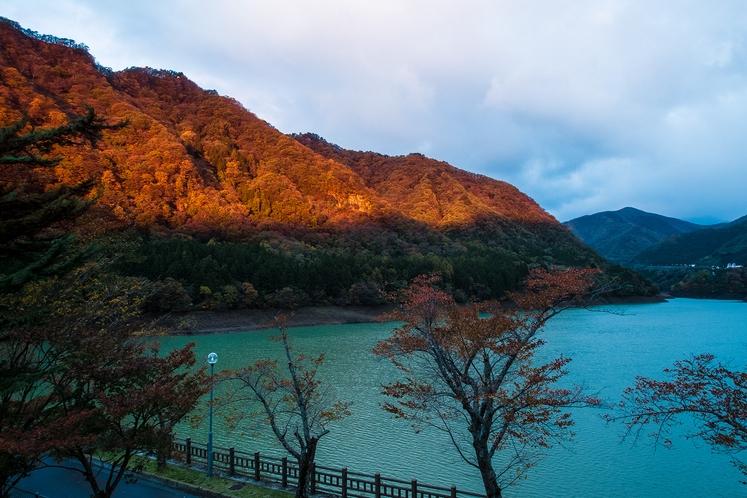朝焼けの赤谷湖