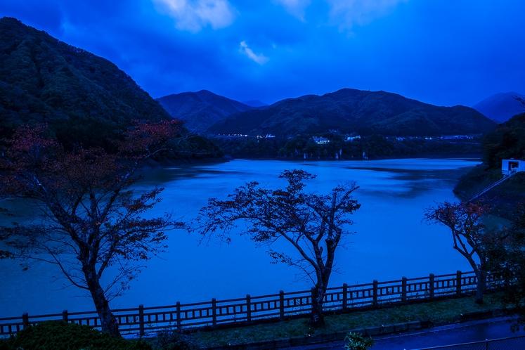 夜明け前の赤谷湖