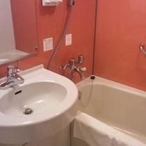 浴室<ユニットバスですが大きめの浴槽です>